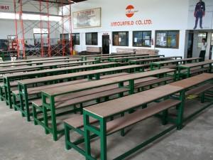 洪水被害の学校へ寄付のために作った椅子とテーブル