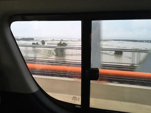 ミャンマー洪水地帯を抜けて走る