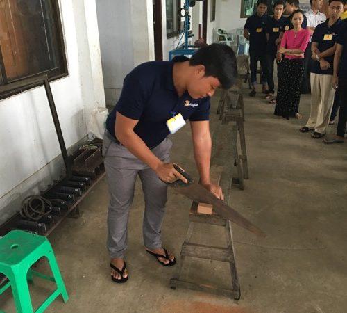 建築大工の実技テスト作業をこなす実習生たち