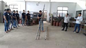 足場の材料の持ち方の指導-ミャンマー人技能実習生