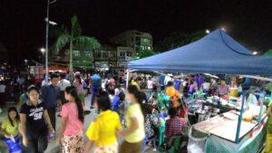 パテインの川沿いに広がる公園で開催されていたナイトマーケット
