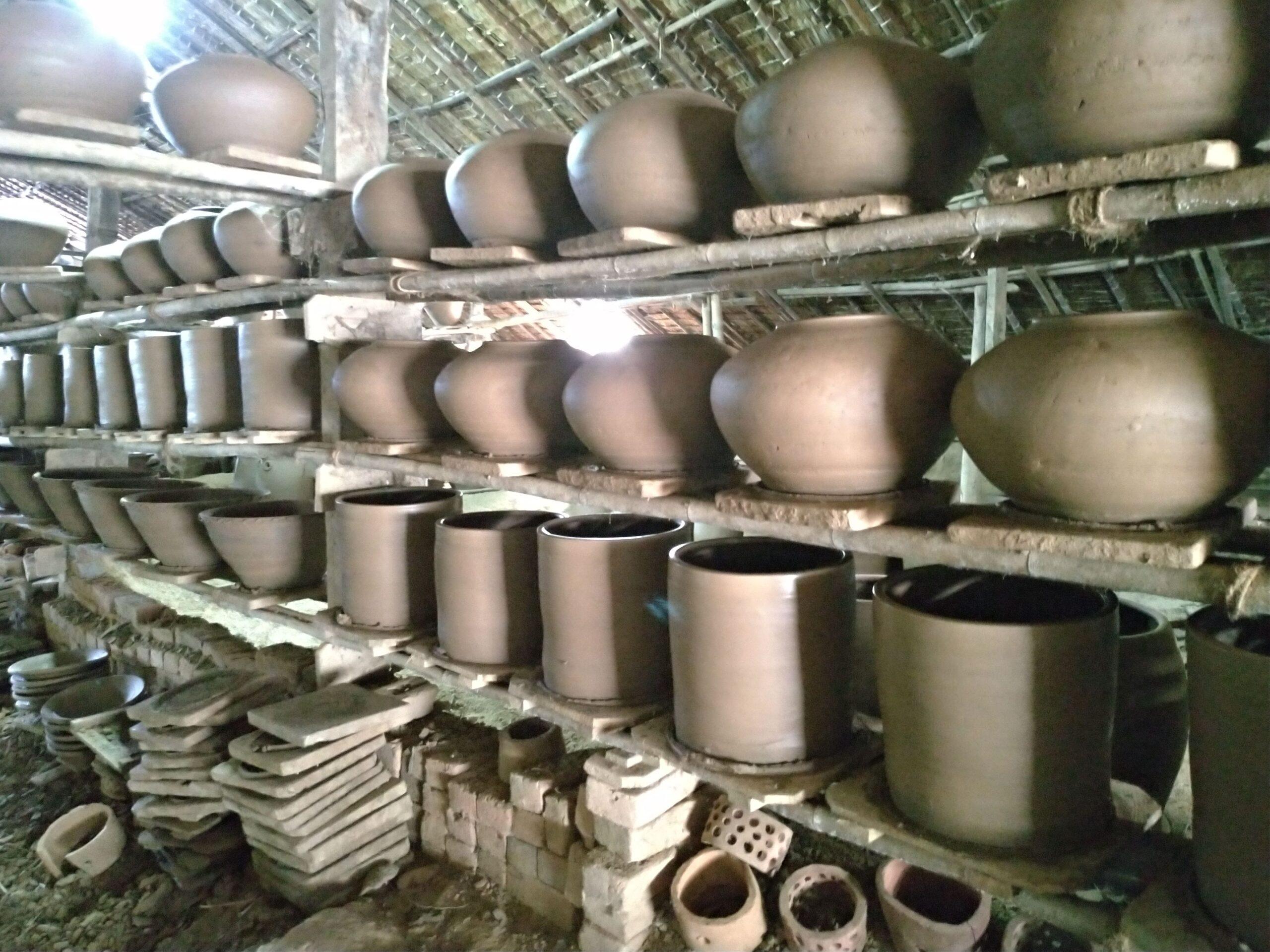 壺を焼いている窯。1時間半ほどのヤンゴンのトンテイという村まで。