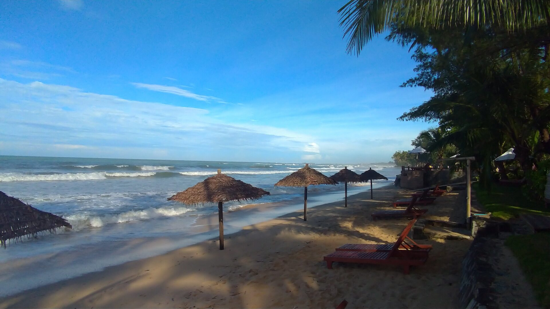 ガパリビーチに観光-砂浜に佇む日傘