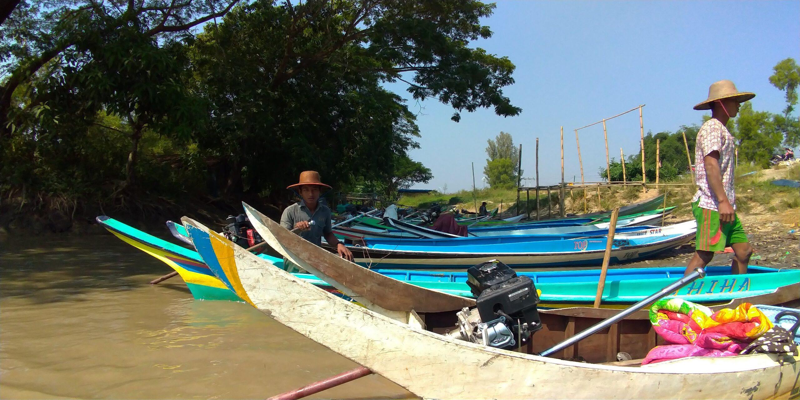 車で行けない村までボートを乗り継ぎ実習生の家庭訪問に向かう