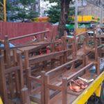 日本語学校の机と椅子を尼さんの僧院に寄付する