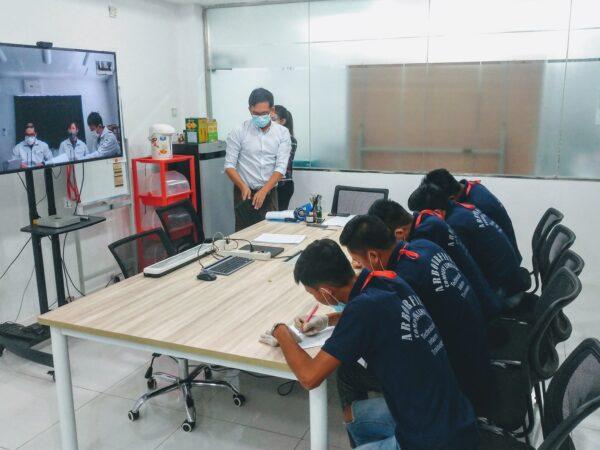 ミャンマー技能実習生オンライン面接。大画面で双方向がくっきり